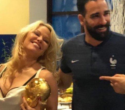 Η Pamela Anderson κέρδισε το Μουντιάλ -κατά κάποιον τρόπο!