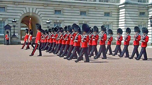 Μπάκινχαμ: Φρουρός της βασίλισσας σπρώχνει μια τουρίστρια και γίνεται viral [video]