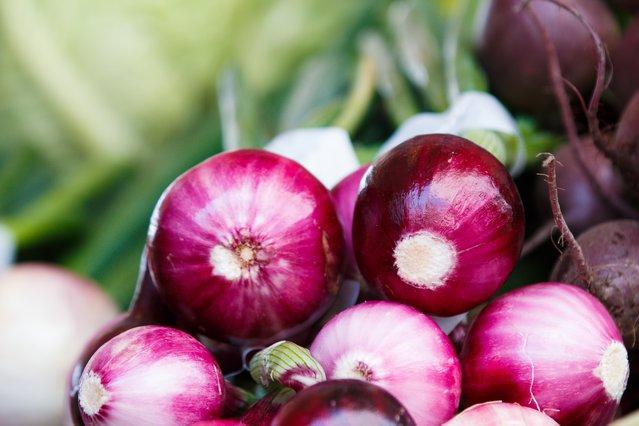 Καθαρίζεις κρεμμύδια; 3 κόλπα για να γλιτώσεις τα δάκρυα