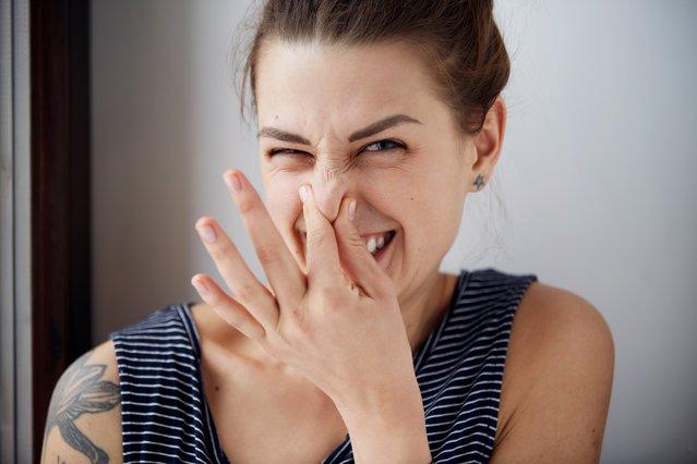 Ιδρώτας: 4 τρόποι για να διώξεις τη μυρωδιά από τα ρούχα