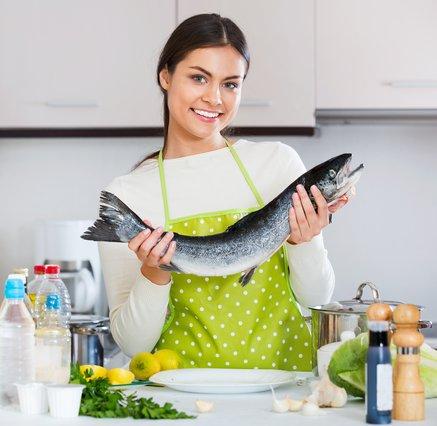 Μυρίζει... ψαρίλα; 5 τρόποι για να τη διώξεις από την κουζίνα σου