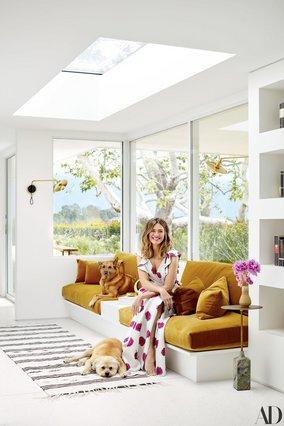 Η Mandy Moore μας υποδέχεται στο εντυπωσιακό 50s σπίτι της [video]