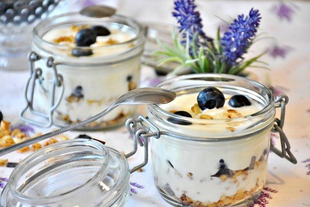 Ανάλαφρο και γευστικό! Συνταγή για frozen yogurt με μέλι και blueberries