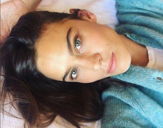 Alexa Chung - Το πανεύκολο styling trick που κάνει κάθε look να μοιάζει φθινοπωρινό και φρέσκο
