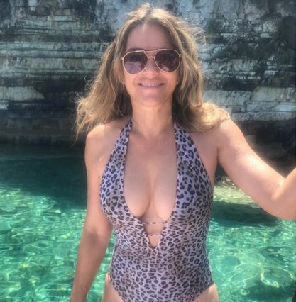 H Elizabeth Hurley και οι topless βουτιές στην Ελλάδα [video]