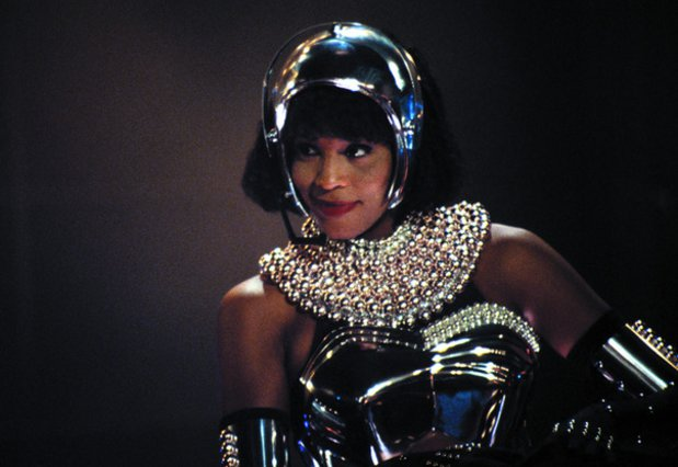 Whitney Houston: Μέχρι αύριο η δημοπρασία για το θρυλικό κοστούμι από το  Bodyguard