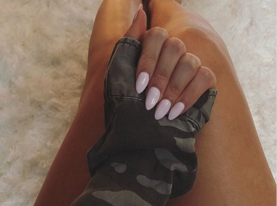 Ναι στα baby pink nails! Ιδέες που θα απογειώσουν το manicure σου