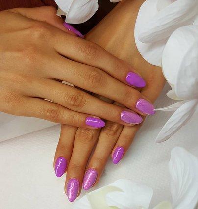 Καλωσορίζουμε τον Σεπτέμβρη με μωβ χρώμα στο manicure μας