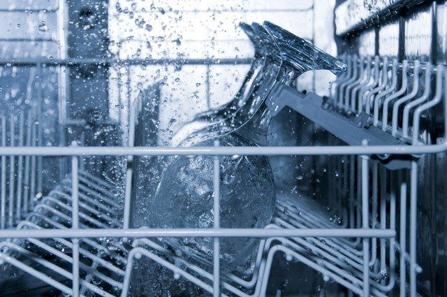 Πώς να καθαρίσεις σωστά το πλυντήριο πιάτων