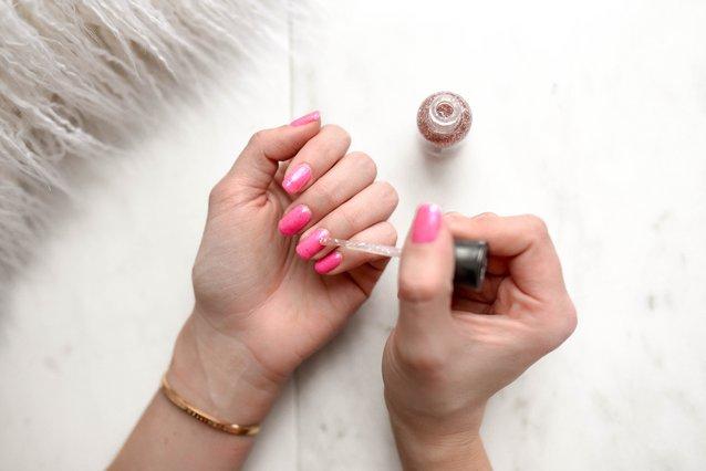 Νύχια που σπάνε εύκολα; Αυτό το φυσικό συστατικό θα κάνει το «σπιτικό» manicure σου επαγγελματικό
