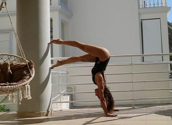 H τραγουδίστρια κάνει yoga στις διακοπές και προκαλεί πανικό στα Social media! [Photos]