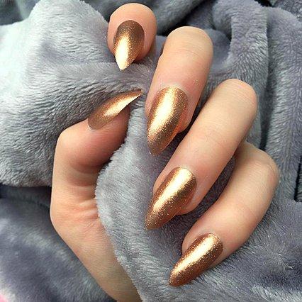 Δες και λάμψε! Απογείωσε το bronze manicure σου λίγο πριν από τον Οκτώβρη