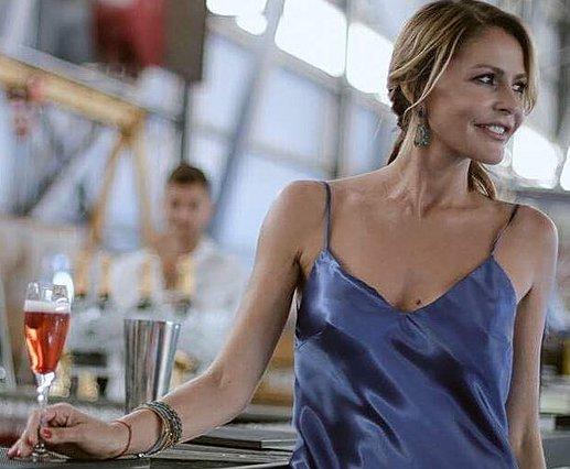 Η Τζένη Μπαλατσινού φορά με τον πιο  σέξι -και φθινοπωρινό- τρόπο το φόρεμα του καλοκαιριού