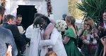 Αθηνά Οικονομάκου: Το νυφικό, η μπομπονιέρα και το πρώτο φιλί του ζεύγους [photos]