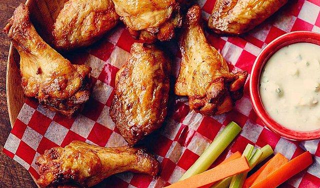 Τι θα φάμε σήμερα; Πικάντικες και ζουμερές φτερούγες κοτόπουλου!