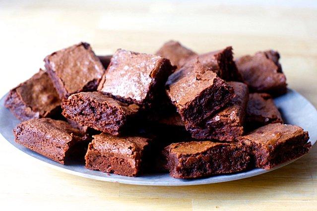 Τα παιδιά θα τα λατρέψουν! Τα σοκολατένια brownies χωρίς ψήσιμο που θα σε ξετρελάνουν