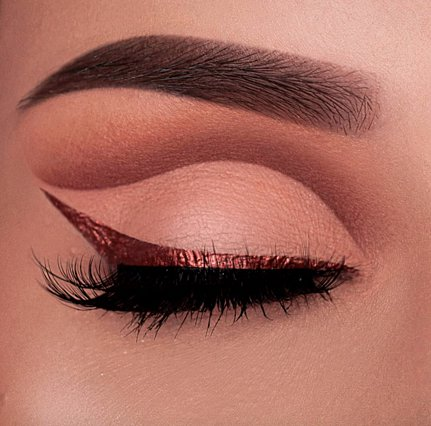 Metallic eyeliner: Πόσο safe είναι νέα τάση στο μακιγιάζ;