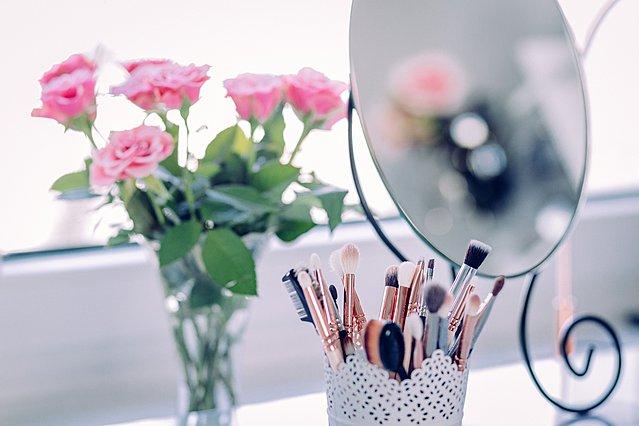 Πώς να καθαρίσεις σωστά τα πινέλα του μακιγιάζ