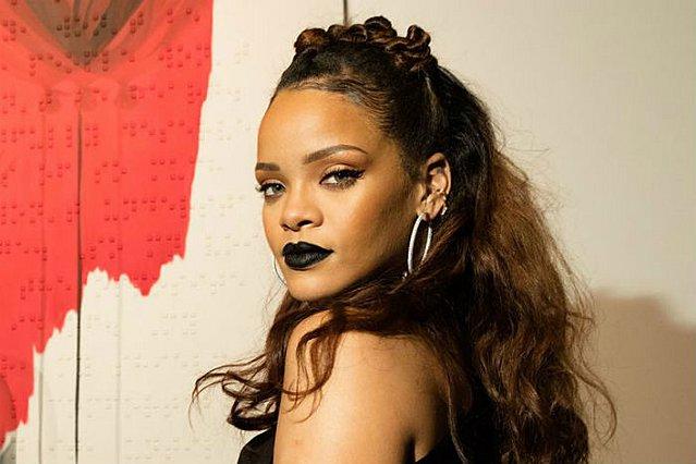 Rihanna: Μοιράζεται τους δικούς της κανόνες για το μαύρο κραγιόν (βίντεο)