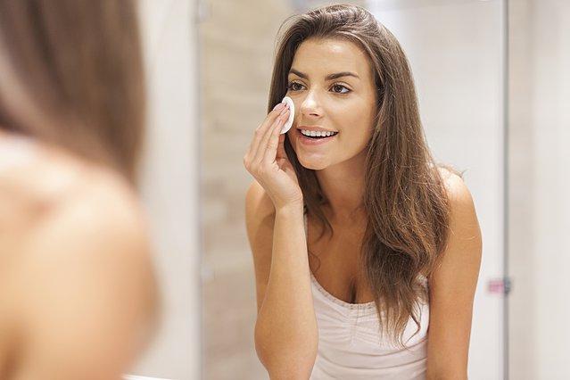 Τι είναι το σαλικυλικό οξύ και πώς μπορεί να επωφεληθεί το δέρμα σου από αυτό;