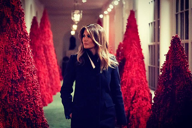 Melania Trump: Η Πρώτη Κυρία των ΗΠΑ στόλισε και έκανε τον Λευκό Οίκο... κόκκινο  [photos & video]