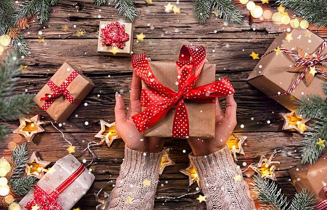 Christmas tip: Έτσι θα τυλίξεις τα δώρα σου χωρίς να χρησιμοποιήσεις σελοτέιπ [video]