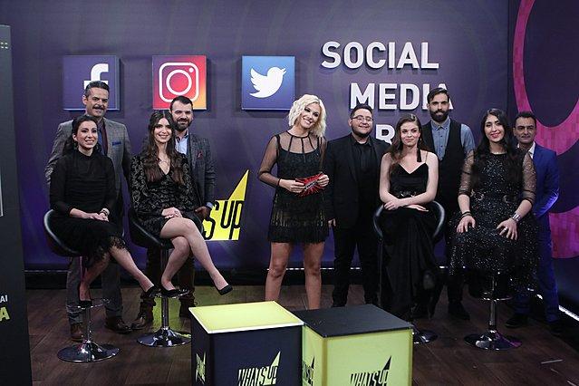 <p>Η Λάουρα Νάργες με τους 9 παίκτες του δεύτερου ημιτελικού στο social media room</p>