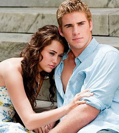 """<p>Η τρυφερή ιστορία της Miley και του Liam ξεκινά το 2009, όταν πρωτογνωρίστηκαν για τα γυρίσματα της ταινίας """"The Last Song"""" όπου συμπρωταγωνίστησαν, από όπου και η φωτογραφία</p>"""