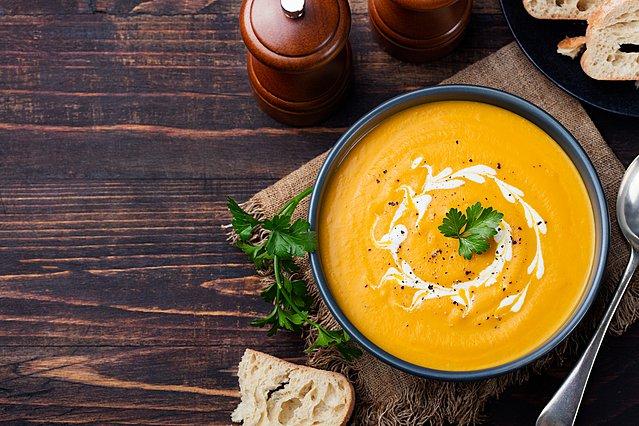 Σούπα με ψητά καρότα, κάστανα και ντομάτα: Το ιδανικό πρώτο πιάτο για το πρωτοχρονιάτικο τραπέζι