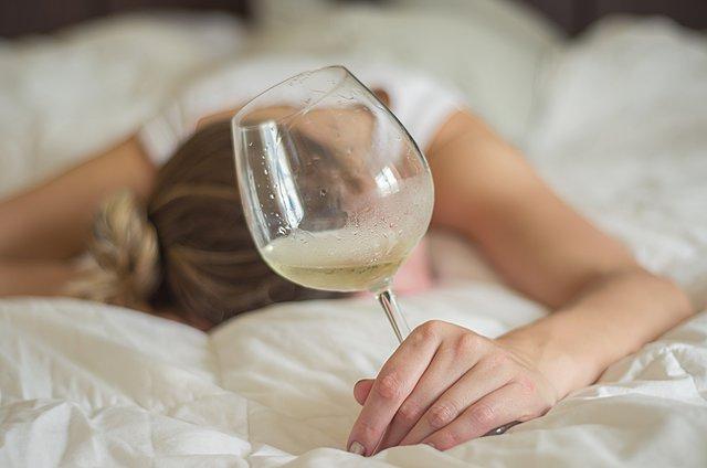 Hangover: 8 συμβουλές για να ξανακάνεις καινούργιο το δέρμα του προσώπου σου μετά από μια τρελή νύχτα