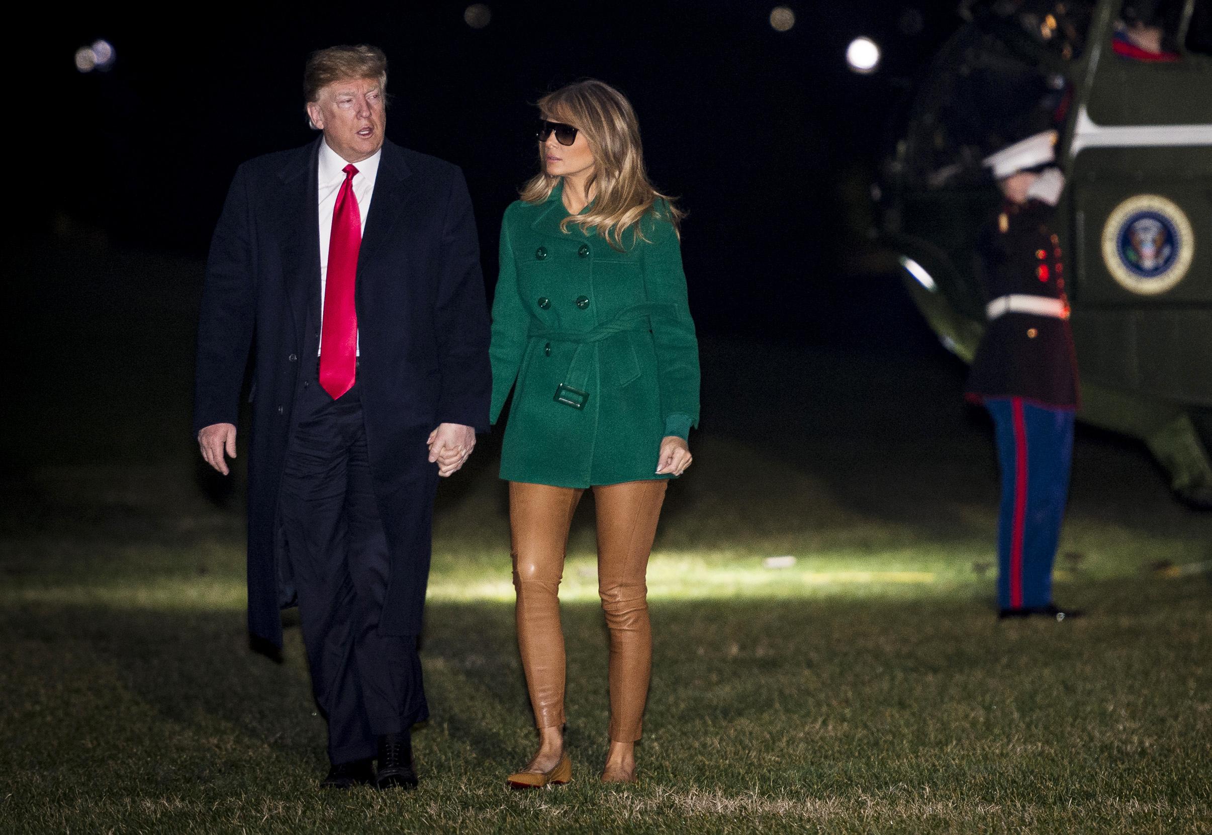 0afd1e1e60cb Τρία σύνολα –μαζί με ένα κολάν έκπληξη- πρόλαβε να φορέσει η Melania Trump  σε