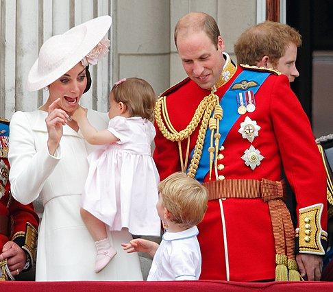 <p>Trooping the Colour Day, 11 Ιουνίου 2016. Η <strong>Kate </strong>δείνχει κάτι στο πρίγκιπα George στον ουρανό και ο φακός κάνει το κλικ στην πιο άβολη στιγμή. Συμβαίνουν και... στις καλύτερες οικο
