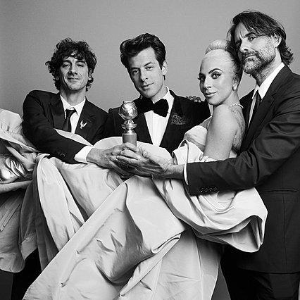 <p>Η Lady Gaga με τους συντελεστές του τραγουδιού &quot;Shallow&quot; που κέρδισε το πρώτο βραβείο στην κατηγορία του. Από την ταινία &quot;A star is Born&quot;.</p>