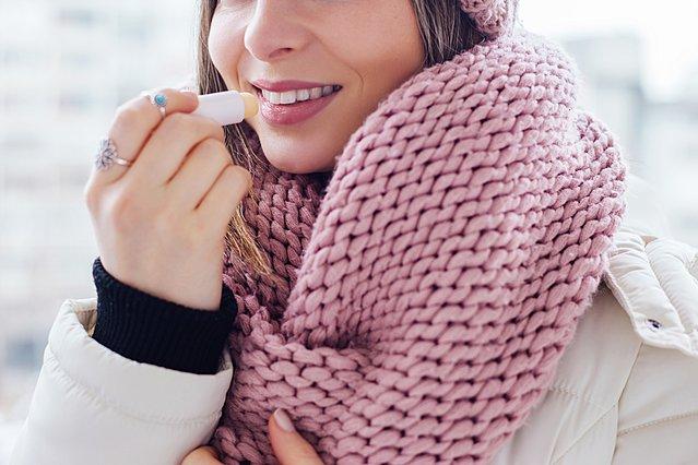 Πώς να αντιμετωπίσεις τα σκασμένα χείλη το χειμώνα