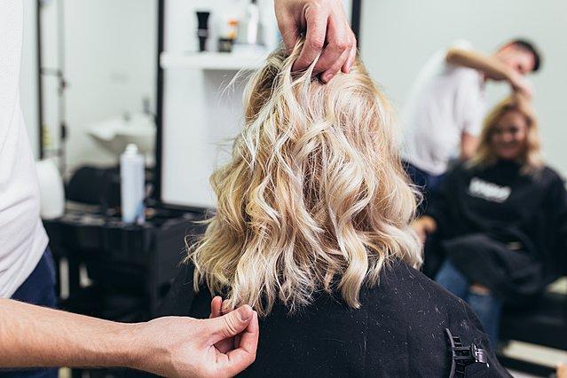 Θέλεις να ξανθύνεις τα μαλλιά σου αλλά φοβάσαι ότι θα τα καταστρέψεις; Διάβασε αυτό