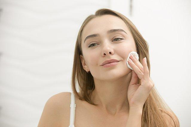 Πώς να διώξεις τις κοκκινίλες από το δέρμα σου, σύμφωνα με τους δερματολόγους