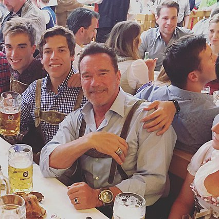 Arnold Schwarzenegger: Ο εξώγαμος γιος του κοπιάρει την πιο εμβληματική πόζα του [photo]