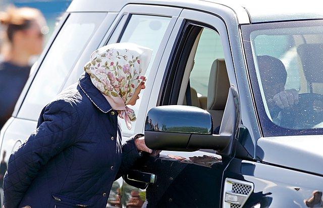 <p>Ο δούκας του Εδιμβούργου στο τιμόνι του αυτοκινήτου του κατά τη διάρκεια του Royal Windsor Horse Show τον Μάιο του 2018. Στο παράθυρο η σύζυγός του, βασίλισσα Ελισάβετ...</p>