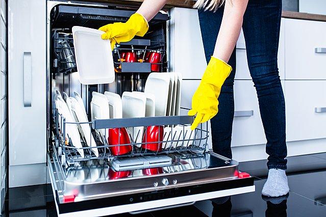 Ξεπλένεις τα πιάτα πριν τα βάλεις στο πλυντήριο; Ίσως να μην κάνεις και τόσο καλά