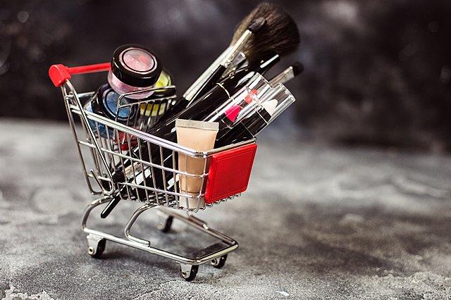 5 προϊόντα ομορφιάς που αξίζει να αγοράσεις τώρα με τις εκπτώσεις