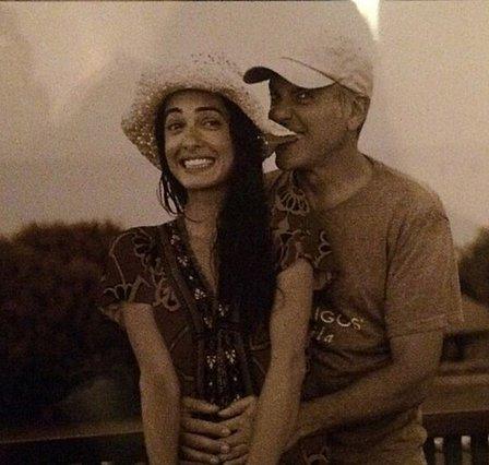 "<p>Για την ιστορία, αυτή είναι η φωτογραφία που χάριζε μαζί με το ""ευχαριστώ"" τους το διάσημο ζεύγος στους καλεσμένους του γάμου τους πριν από 4 χρόνια.</p>"