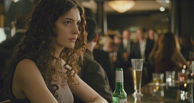 Αυτός είναι ο λόγος για τον οποίο η Anne Hathaway κόβει  μαχαίρι  το αλκοόλ -για τα επόμενα 18 χρόνια!