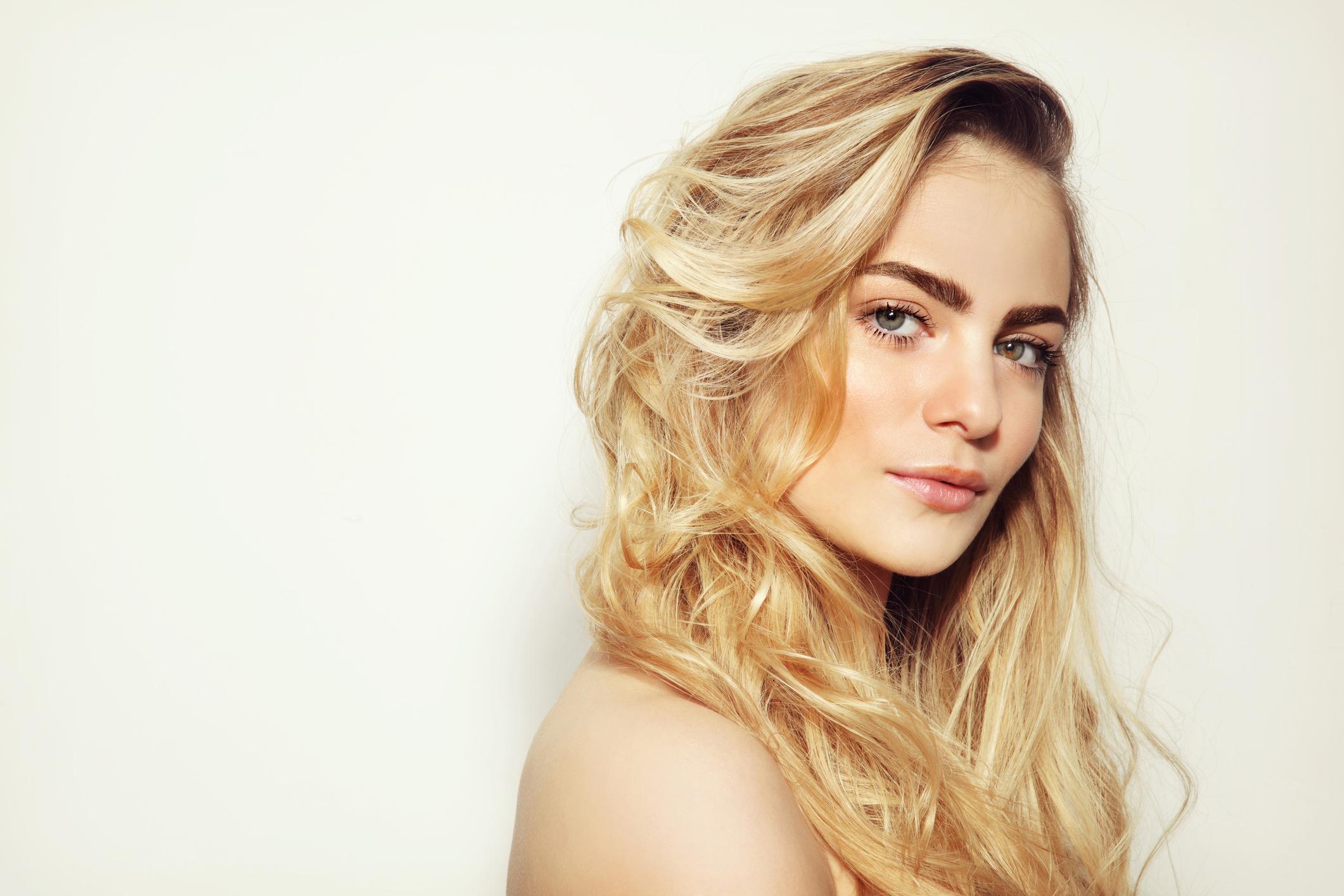 Έχεις σγουρά μαλλιά  Να πώς πρέπει να τα περιποιηθείς  78c33d897c8