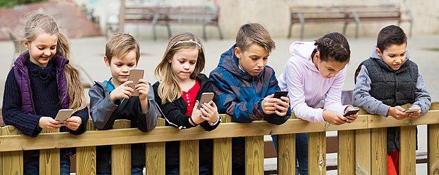 Παιδιά και smartphones: Τα 6 προβλήματα που ενδέχεται να προκύψουν από την αυξημένη χρήση