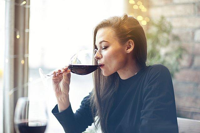 Πώς τα διαφορετικά είδη αλκοόλ επηρεάζουν το δέρμα σου
