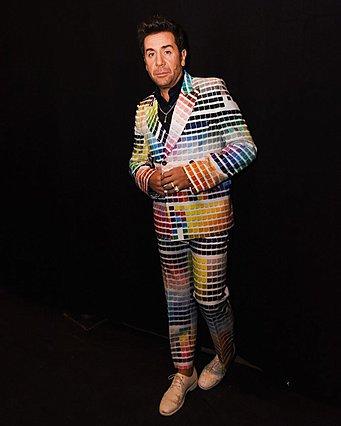Γιώργος Μαζωνάκης: Ντύθηκε κινητό... χρωματολόγιο και το ίντερνετ  γλεντάει  [photos]