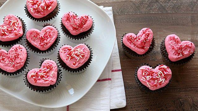 Πώς να φτιάξεις cupcakes σε σχήμα καρδιάς αν δεν έχεις ειδικές φορμίτσες