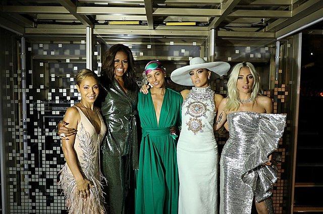 <p>Power Women: Αναμνηστική φωτογαφία από την πρόσφατη τελετή για τα βραβεία Grammy. Από αριστερά: Jada Pinkett Smith, Michelle Obama, Alicia Keys, Jennifer Lopez, Lady Gaga</p>