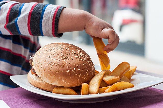 Τα παιδιά που μεγαλώνουν μόνο με τις μητέρες τους έχουν αυξημένη πιθανότητα να γίνουν παχύσαρκα