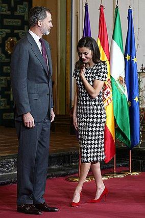 Ακόμη μία ξεχωριστή εμφάνιση για τη βασίλισσα Letizia: Οι κόκκινες λεπτομέρειες που έκαναν τη διαφορά